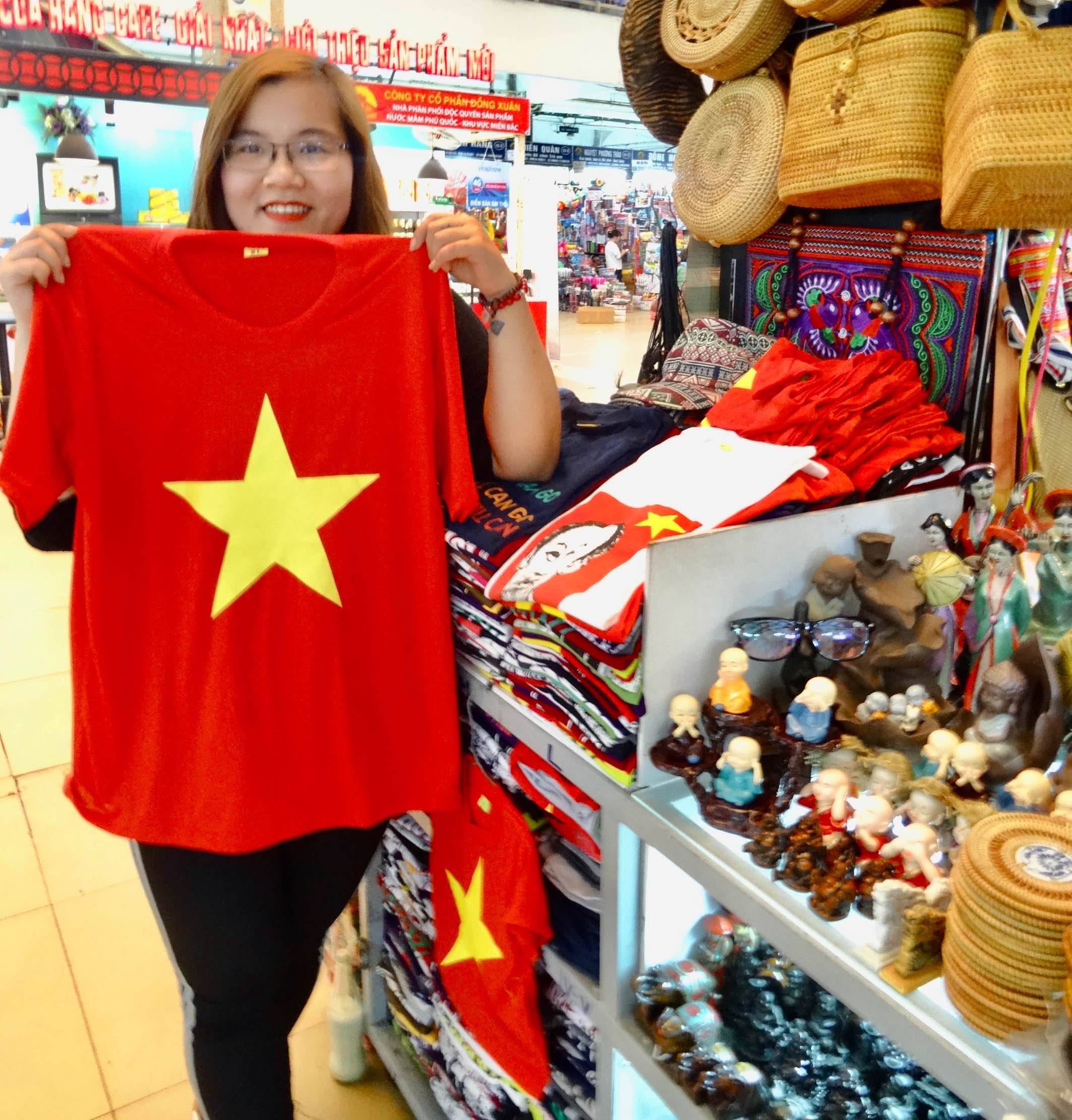 T-shirt vendor Dong Xuan Market