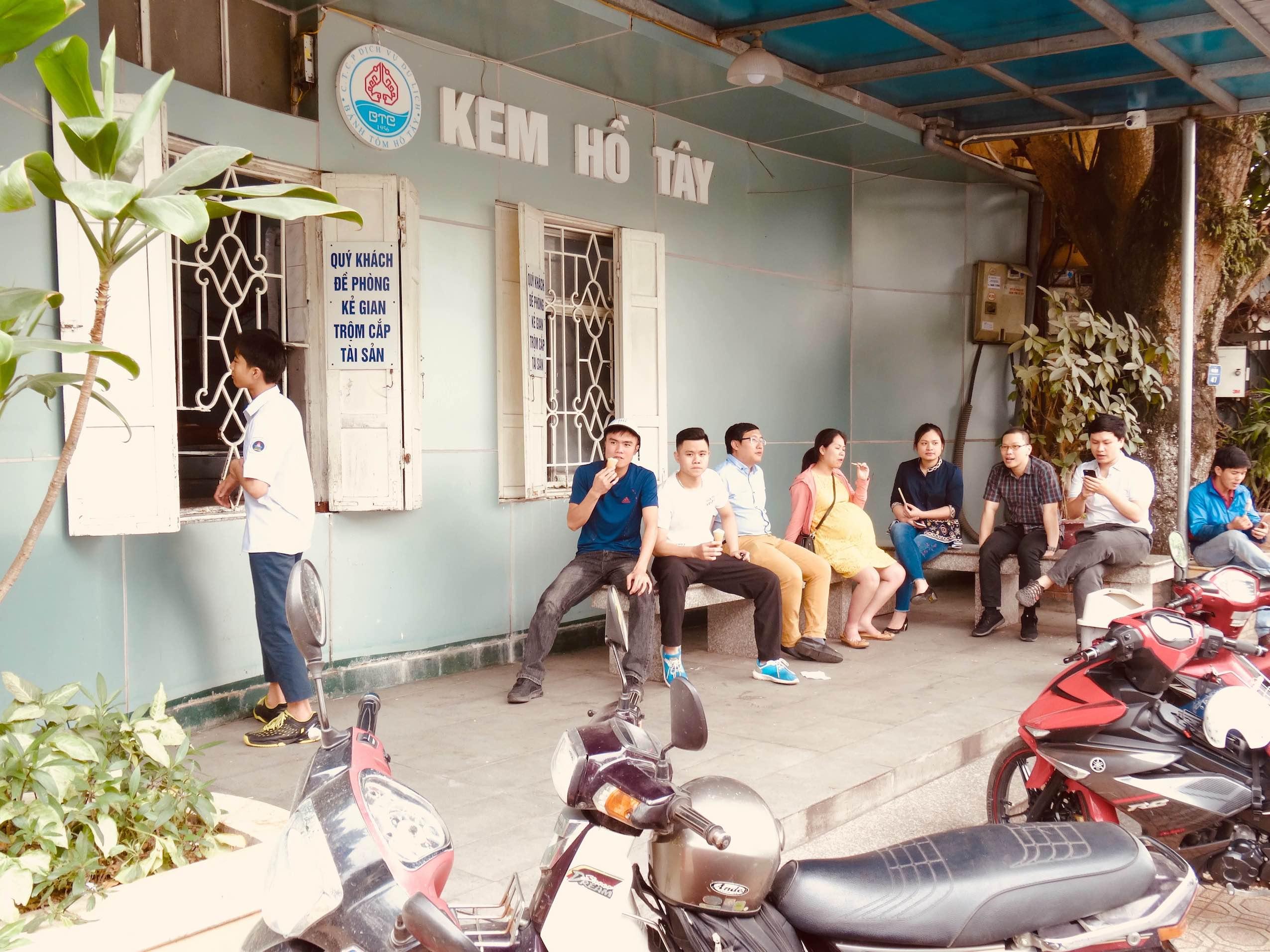 Quan Kem Ho Tay Ice Cream Hanoi.
